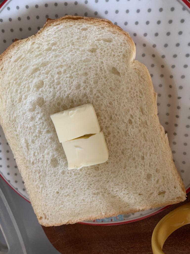 曙産業のバターカッターで切ったバターでパンを焼くところ