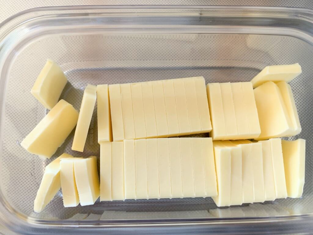 曙産業のバターカッターで、四つ葉バター200グラムの塊カット
