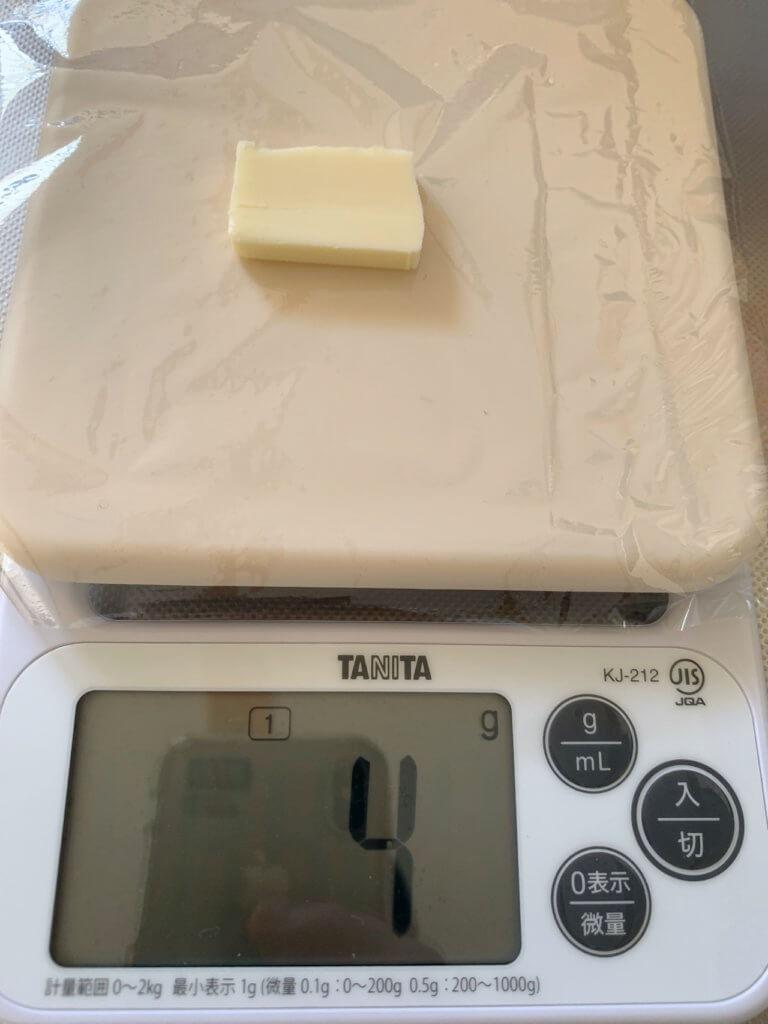 曙産業のバターカッターで、四つ葉バター150グラムの塊カットした1つのブロック