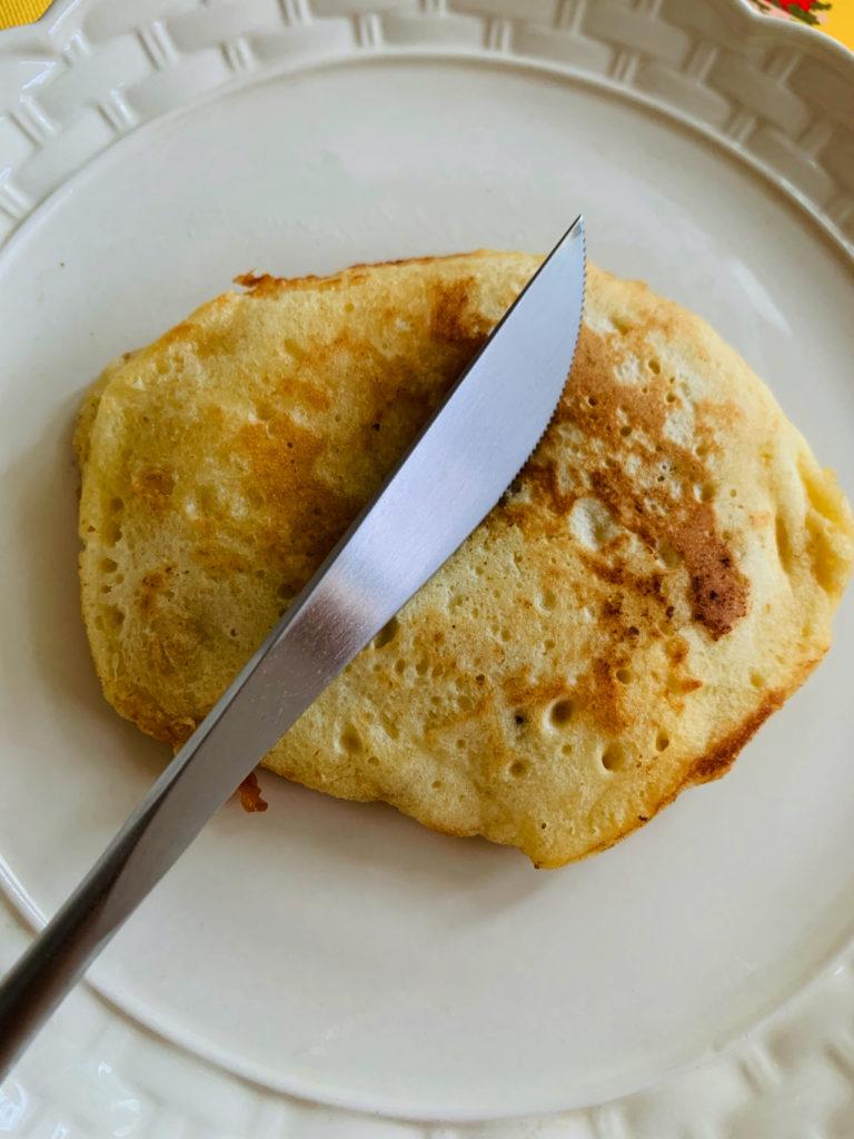 クチポール GOAのディナーナイフでパンケーキを切る写真(レビュー)
