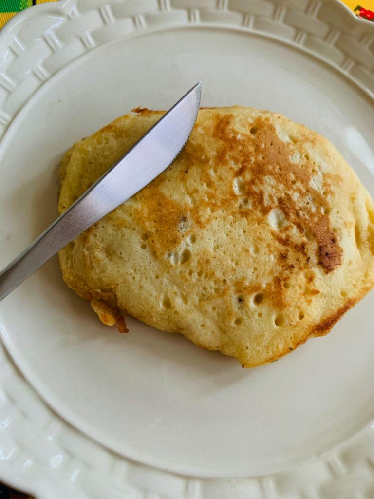 クチポール GOAのデザートナイフでパンケーキを切る写真(レビュー)