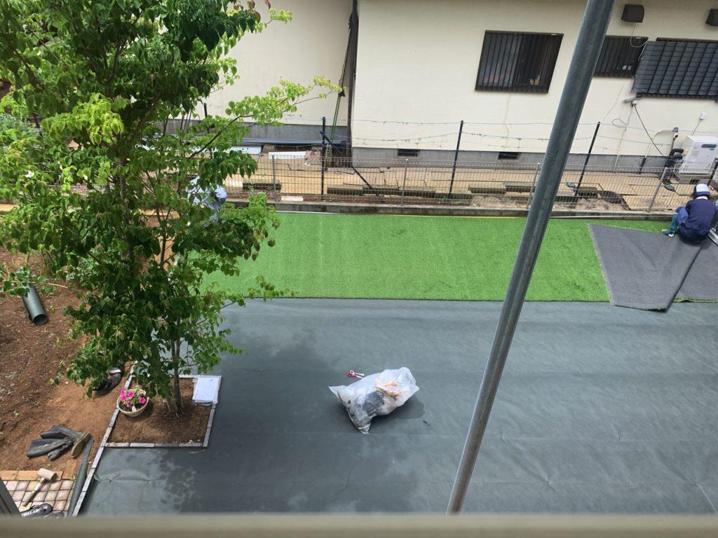 暴走シートの上に、人工芝を張る作業