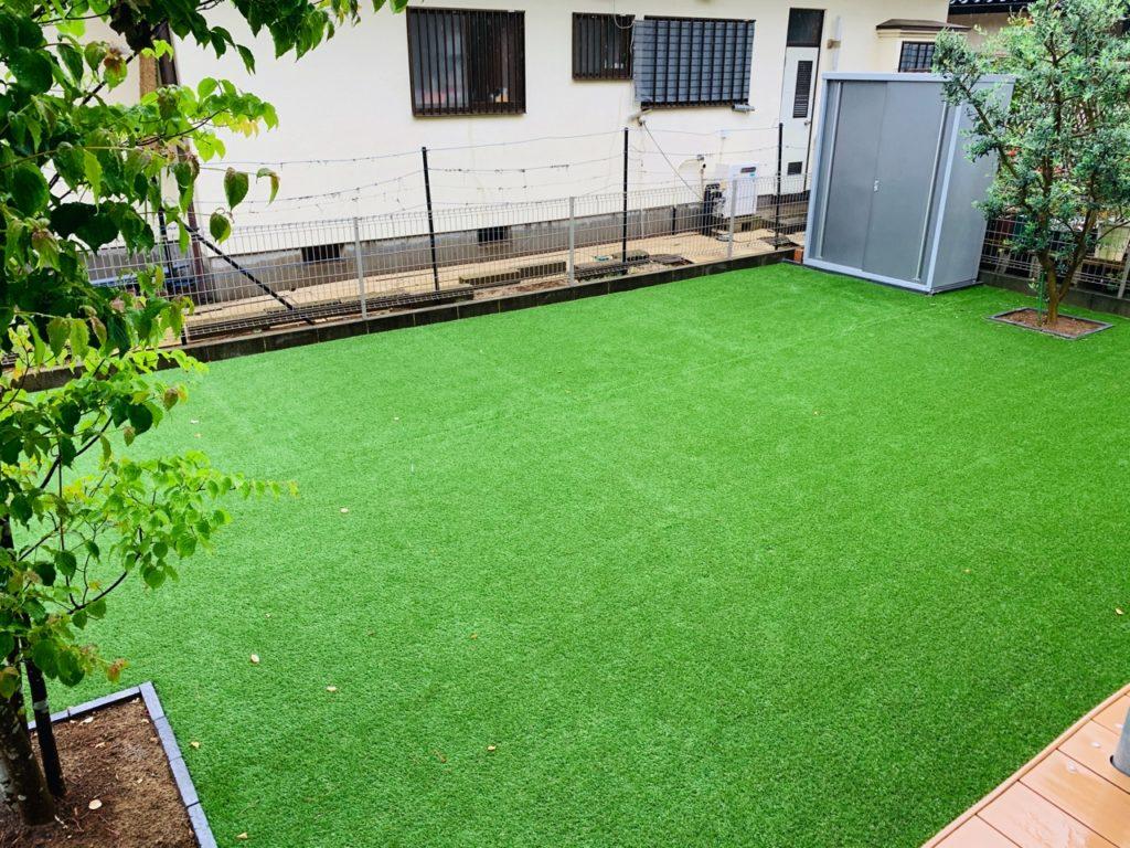 天然芝から人工芝に張り替えた後の庭