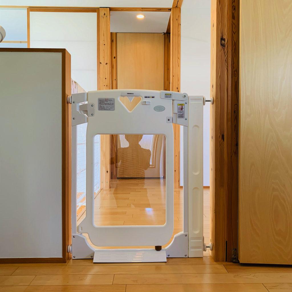 日本育児のベビーゲート「スマートゲート」を階段上に設置