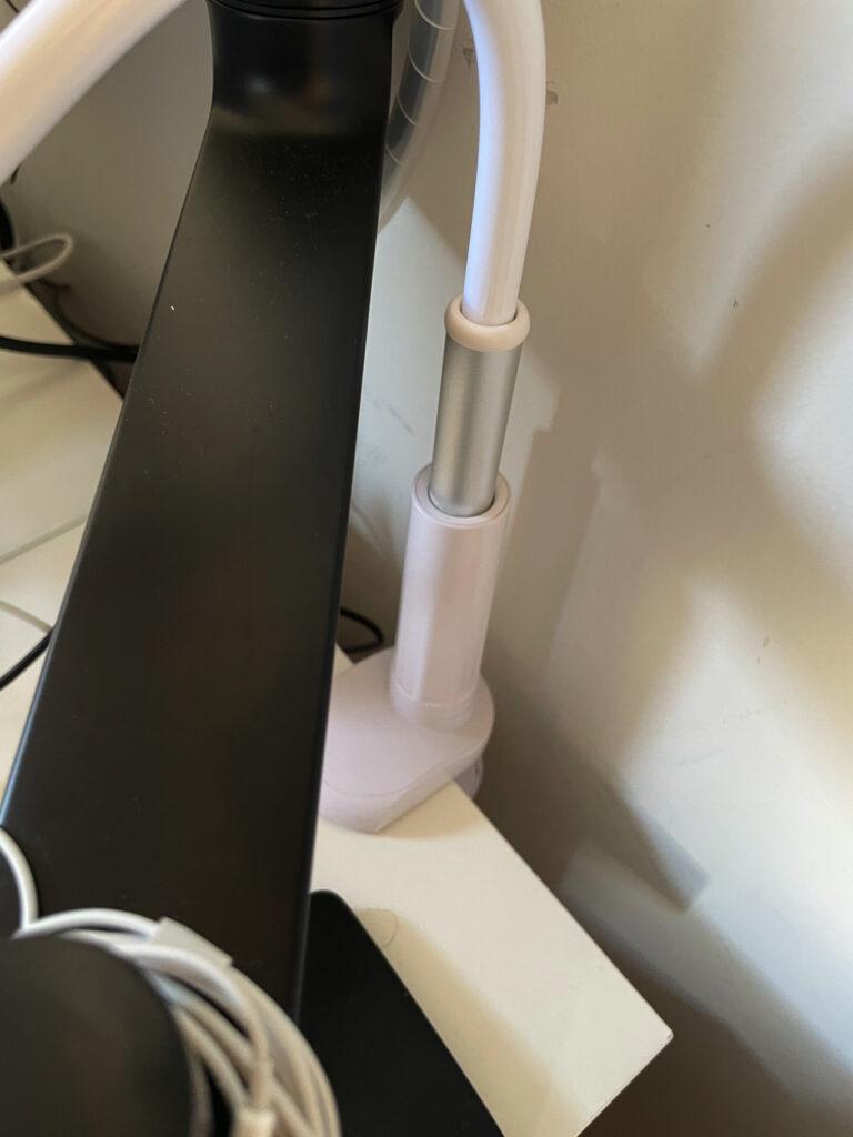 ぐにゃぐにゃ曲がる、デスク用の最強のiPad miniスタンドをデスクに設置