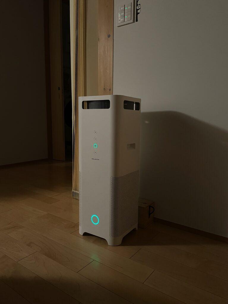 木の家に設置したバルミューダの空気清浄機(夜)